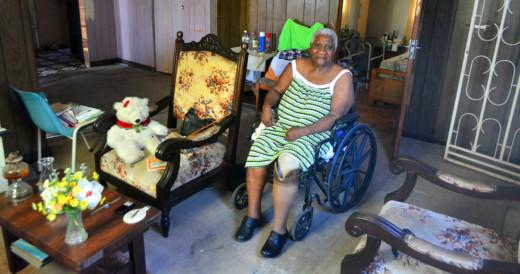 Catherine Mitchel in haar woonkamer. Met rolstoel en prothese   Persbureau Curacao