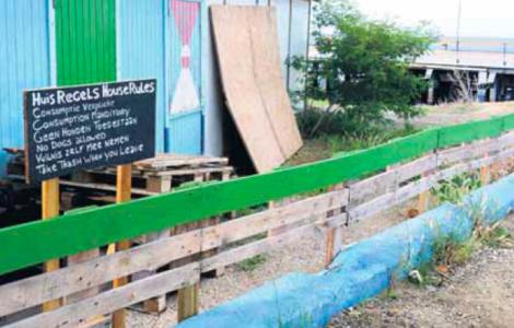 Het publieke strand bij de Tugboat-duiklocatie werd vorig in november jaar op illegale wijze van hekken voorzien.