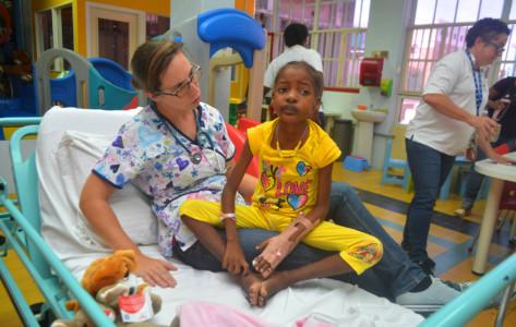 Kinderarts in opleiding Karolien van der Maele ontfermt zich in de 'Family Room' over een patiëntje   Foto Persbureau Curacao
