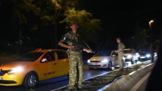 Militairen op straat in Istanbul