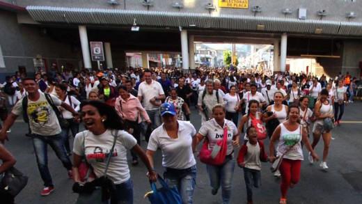 Duizenden Venezolanen rennen de grens met Colombia over om inkopen te doen
