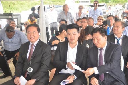 Shuqiang Cui (links), een tolk en Weixin Zhang, de Chinese consul-generaal in Willemstad tijdens de ceremonie - foto Today / Leo Brown