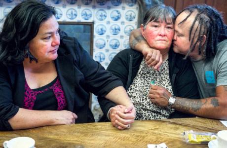 De oudste zus van Mitch Henriquez, Lila, moeder Maria en neef Alex op het kantoor van advocaat Richard Korver, na het nieuws dat twee agenten worden vervolgd voor de dood van Mitch Henriquez