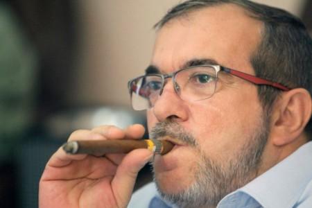 De FARC-leider 'Timochenko' rookt een sigaar op het vredesakkoord, dat nu op het spel staat. Foto: AFP