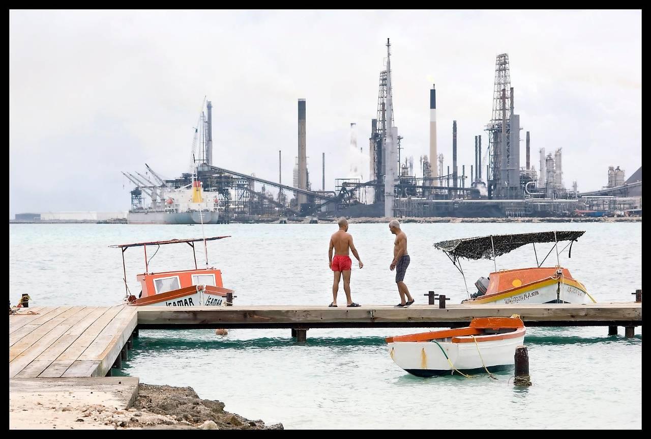 Zicht op de Valero-raffinaderij in San Nicolas op Aruba. (Foto: HH)