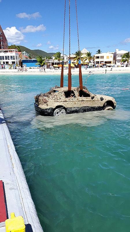 Snorkelaar vindt auto met menselijke resten