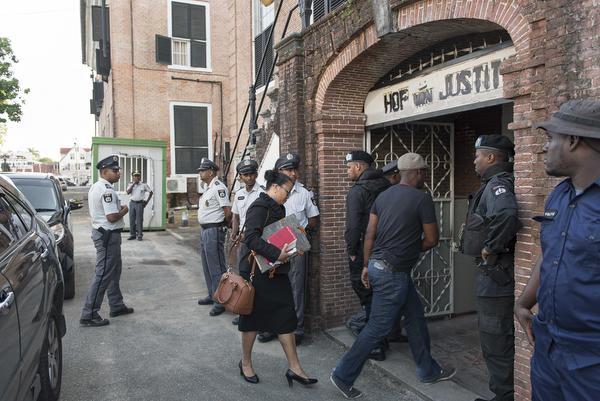 Rechter Suzanna Chu komt aan bij het Hof van Justitie in Paramaribo. Foto: ANP