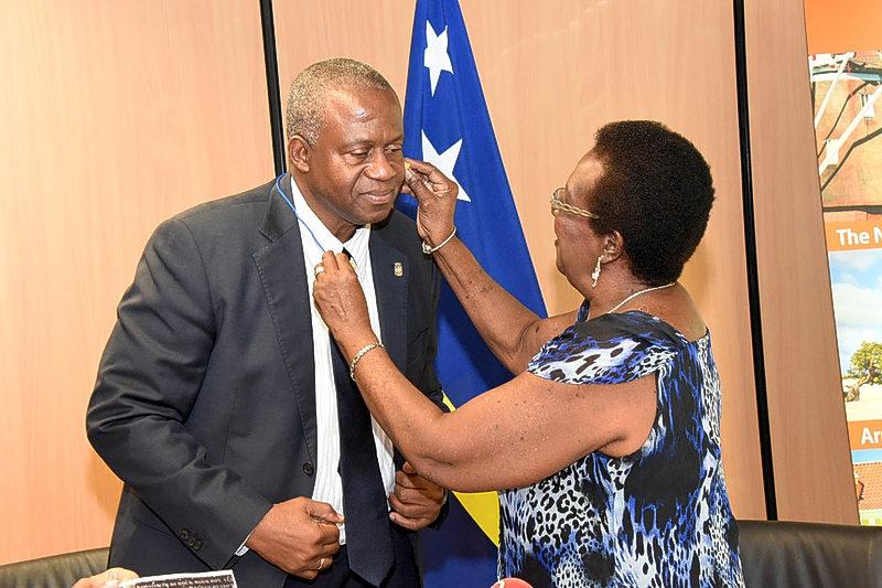 Premier Koeiman kreeg gistermorgen het eerste oordopje | Foto Extra