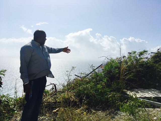 Gevangenisdirecteur Edward Rohan laat zien dat hekken en delen van gevangenismuren in Pointe Blanche ontbreken sinds de orkaan in 2014 – foto: Natasja Gibbs