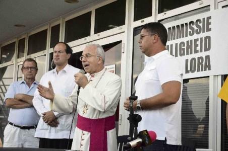 Bisschop Luis Secco te midden van enkele leden van de Commissie Veiligheid Seru Lora: vlnr. Jaap Luursman, Angelo Leañez en Cedric Sprock.