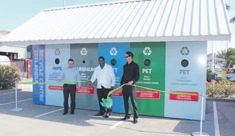 Minister Ben Whiteman van Gezondheid, Milieu en Natuur opende het recycle centre, dat na de opening al gretig in gebruik werd genomen.  FOTO'S JEU OLIMPIO