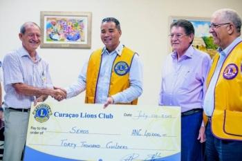 Vlnr. Javier Hernandez (Sehos), de pas per 1 juli aangetreden voorzitter, David Liqui-Lung, onlangs afgetreden voorzitter Gibi Goilo en board director Felipe Croes, die de donatie namens de Lions Club coördineert.