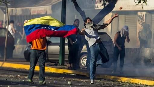 Betogers op straat in Caracas. © epa.