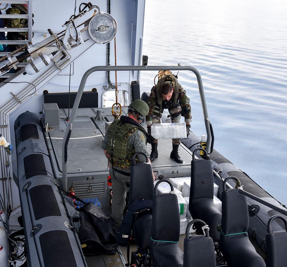 Defensie   Kustwacht onderschept 220 kilo drugs na wilde achtervolging
