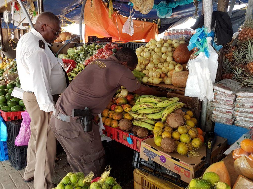 PBC   Douane doorzoekt fruitbarkjes