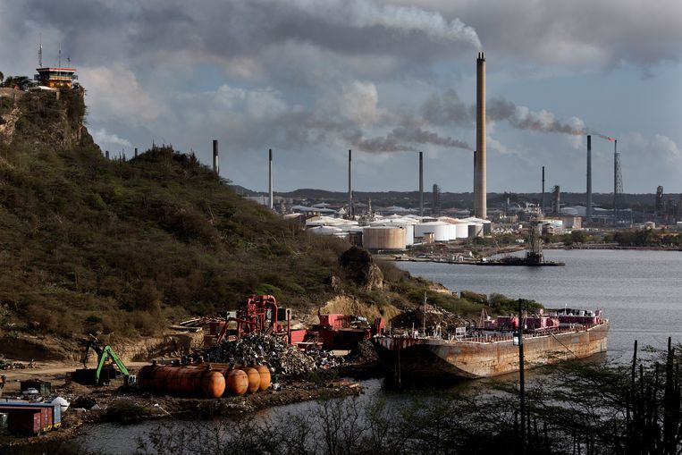 Volkskrant   Naam Nederlands bedrijf duikt op in corruptiezaak rond olieraffinaderij op Curaçao