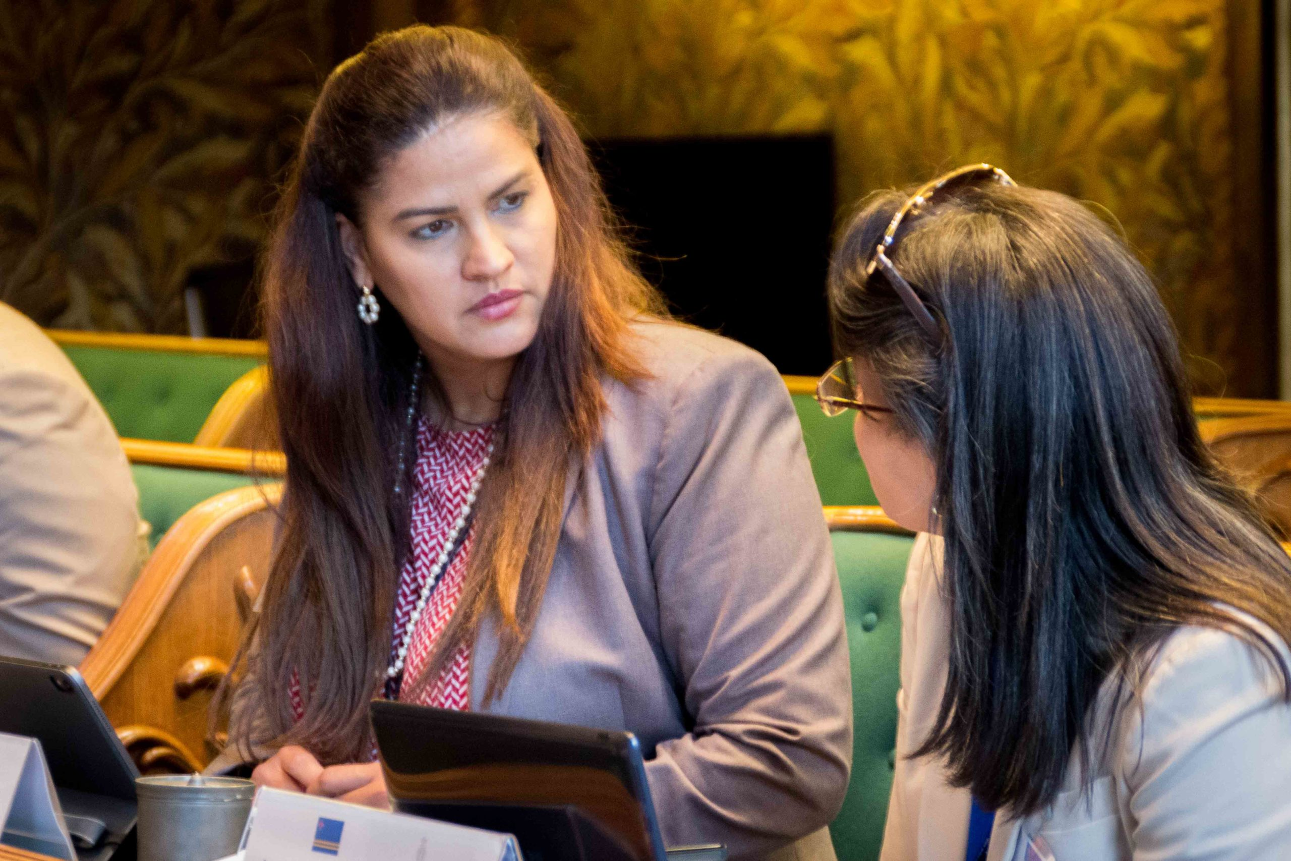 NTR   Arubaans parlementslid netflixt in de Eerste Kamer