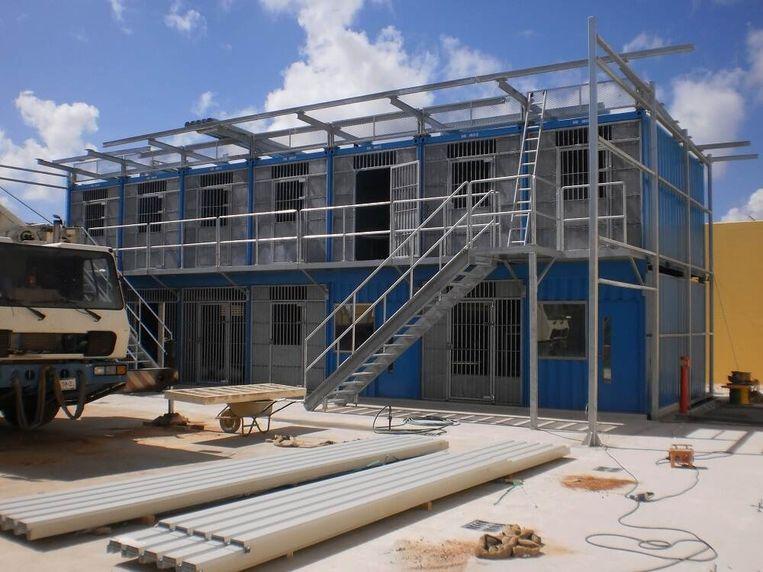 Trouw | Gedoneerde containercellen Sint-Maarten staan búíten de gevangenismuur