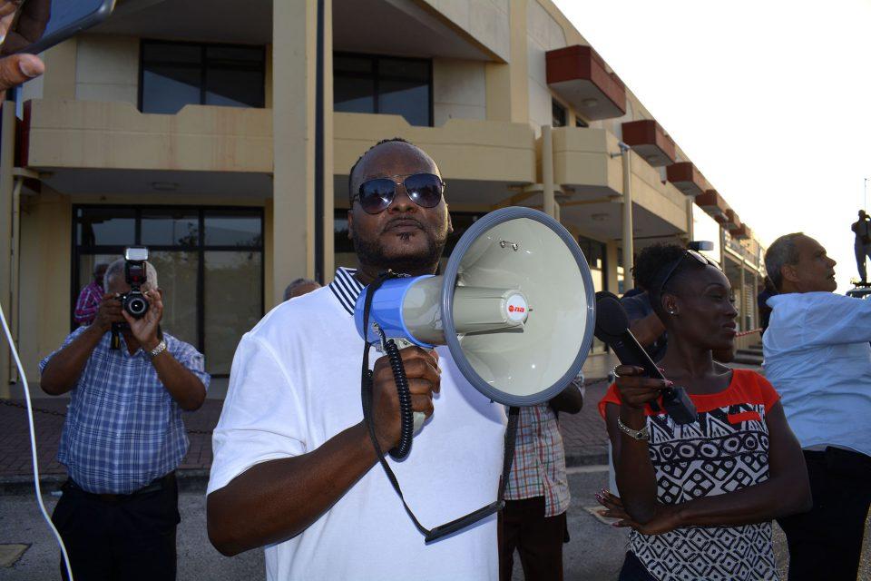 CuracaoNieuws   Politie houdt Julius Koko aan