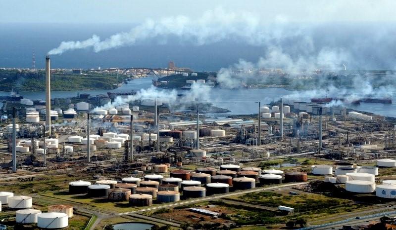 AD   Personeel raffinaderij Curaçao legt werk neer en eisen gesprek met president