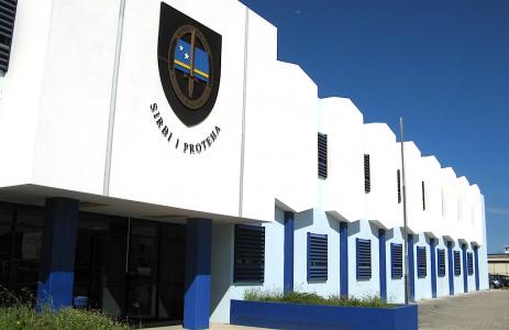 DolfijnFM | Politie houdt drie verdachten aan in drugsroofzaak politiebureau