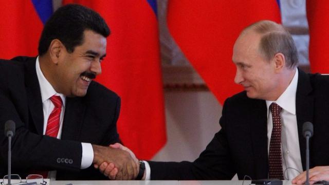 AD   Dikke Russische vinger in Venezolaanse olie