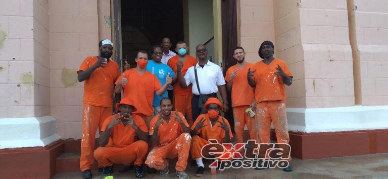 PBC   Gevangenen repareren de kerkbanken van Willibrodus
